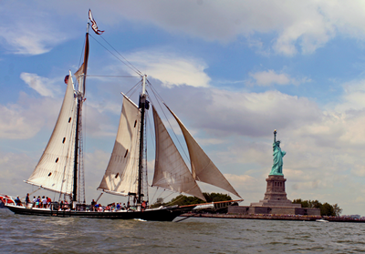 NYC yacht Pioneer-Statue